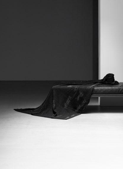 LABEL UNDER CONSTRUCTION Surfacing Loops Blanket Large Decke cashmere silk cotton black hide m 1